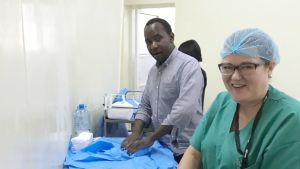 Sairaanhoitaja Hannele Toivola ja tansanialaiskirurgi Michael Bartholomew Mwandri.