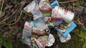Katkarapuja kaloille ja olutta, tupakkaa sekä nuuskaa kalastajille. Roskat paljastavat luvattoman kalastamisen Karkkilan Massakoskella.