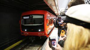 Metro saapuu asemalle.