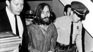 Sarjamurhaaja Charles Mansonia tuodaan oikeuden eteen.