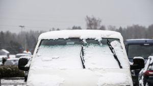 Lumen peittämä pakettiauto.