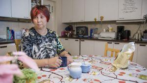 Nainen kahvipöydässä