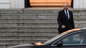 Saksan sosiaalidemokraattisen puolueen SPD:n puheenjohtaja Martin Schulz poistui Saksan liittopresidentin virka-asunnosta Berliinissä 20.11.2017.