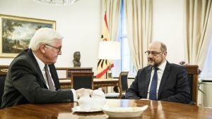 Saksan presidentti Frank-Walter Steinmeier (vas.) ja sosiaalidemokraattien johtaja Martin Schultz keskustelivat torstaina Saksan vaihtoehdoista.