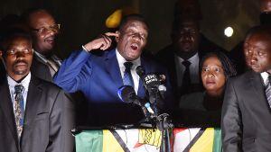 Zimbabwen tuleva presidentti Emmerson Mnangagwa puhui kannattajilleen Hararessa 22. marraskuuta. Vierellä vaimo Auxilia.