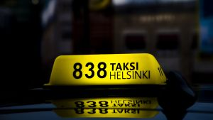 Taksi kyltti taksin katolla