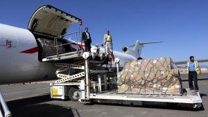 Avustustarvikkeita puretaan lentokoneesta Sanaassa.