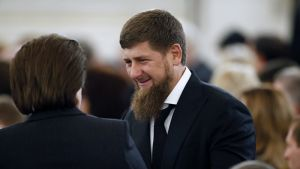 Kadyrov kättelee kameraan selin olevaa miestä. Kadyrovilla on musta puku, valkoinen kauluspaita ja musta kravatti. Ympärillä näkyy juhlaväkeä.