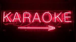 Karaoke- kyltti yökerho Skohanissa.