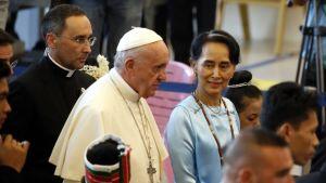 Paavi Franciscus ja Aung San Suu Kyi saapuivat kokouskeskukseen Myanmarin pääkaupungissa Naypyidaw'ssa 28.11.2017.