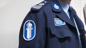 Poliisin virkapuku ja merkkejä
