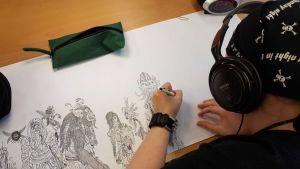 Eija Kapanen piirtää hirviöitä.