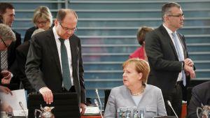 Saksan maatalousministeri Christian Schmidt ja liittokansleri Angela Merkel keskustelivat Berliinissä järjestetyssä diesel ajoneuvojen päästöjä koskevassa kokouksessa 28.11.2017.