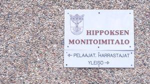 Hippoksen monitoimitalo -kyltti