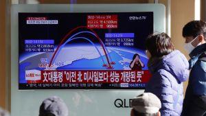 Eteläkorealaiset seuraavat televisiouutisia, joissa kerrotaan Pohjois-Korean uusimmasta ballistisen ohjuksen kokeesta.