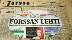 Etusivu Forssan Lehden ensimmäisestä ja sata vuotta myöhemmin ilmestyneestä lehdestä