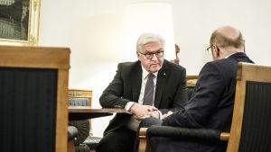 Steinmeier ja Schulz neuvottelupöydän ääressä, Steinmeier vakavana, Schulz selin.