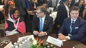 Pääministeri Sipilä Norsunluurannikolla EU:n ja Afrikan maiden päättäjien sekä nuorten tapaamisessa. Oikealla Suomea edustava nuorisodelegaatti Tuomas Tikkanen.
