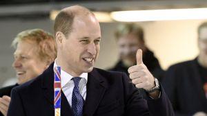 Prinssi William näyttää peukkua.