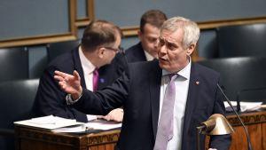 SDP:n puheenjohtaja Antti Rinne eduskunnan täysistunnossa Helsingissä 15. marraskuuta 2017. Eduskunnassa käytiin keskiviikkona keskustelu sosialidemokraattisen, perussuomalaisen, vihreän, vasemmistoliiton, ruotsalaisen ja kristillisdemokraattisen eduskuntaryhmän vaihtoehtobudjeteista.