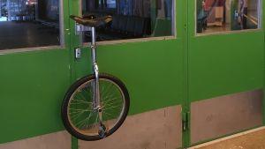 Sirkuksen yksipyöräisestä tehty ovenkahva