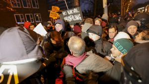 Mielenosoittajat yrittivät päästä poliisin eristyksen läpi kohti AfD-puolueen kokouspaikkaa Hannoverissa 2.12.2017.
