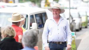 Australian parlamentista lokakuussa erotettu Barnaby Joyce jakoi vaalimainoksia Glen Innesissa Australiassa 29.11.2017.