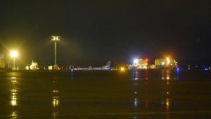 Hätälaskun tehnyt Finnairin lentokone Turun lentokentällä sunnuntaina 3. joulukuuta 2017.