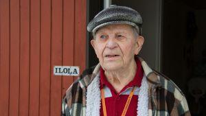 Edvin Ilola kotinsa ovella.