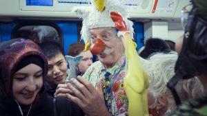 Adams kohtaa ihmisiä vaikka Moskovan metrossa.