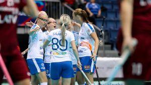 Suomen naisten salibandymaajoukkue tuulettaa maalia.