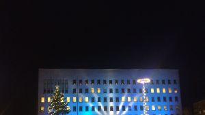 Kotkan kaupungintalon sinivalkoinen juhlavalaistus