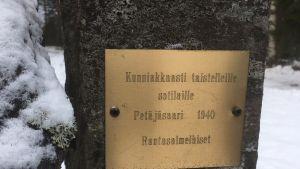 Rantasalmen sankarihautausmaan muistolaatta on kiinnitetty Petäjäsaaresta tuotuun kiveen.