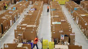 Postipakettien logistiikkakeskus.