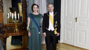 asavallan presidentti Sauli Niinistö ja rouva Jenni Haukio poseerasivat Presidentinlinnassa ennen illan juhlia Helsingissä itsenäisyyspäivänä