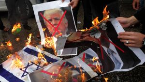 Palestiinalaiset protestoivat Gazassa Yhdysvaltain suunnitelmia vastaan 6. joulukuuta 2017.