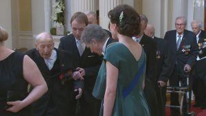 Presidentti Sauli Niinistö nosti veteraani Arvo Pusan kävelykepin.