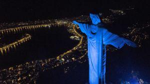 Rion Kristus-patsas siniseksi valaistuna