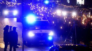 Poliisiauto ja 612-yhdistyksen soihtukulkue