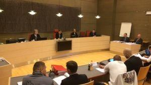 Huumeoikeudenkäynnin osapuolet istuvat Kouvolan käräjäoikeuden salissa 7.12.2017.