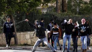 Palestiinalaiset heittelevät kivillä Israelin turvallisuusjoukkoja Betlehemin kaupungissa Länsirannalla vastalauseena Yhdysvaltain päätökselle tunnustaa Jerusalem Israelin pääkaupungiksi.