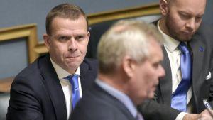 Valtiovarainministeri Petteri Orpo ja SDP:n puheenjohtaja Antti Rinne eduskunnan täysistunnossa 7. joulukuuta