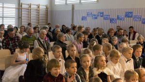 Pohjavaaran koulun Suomi100-juhlan yleisöä.