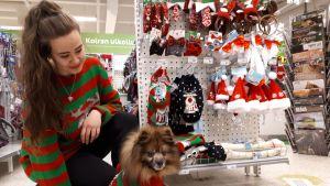 Janica Raudasoja ja Jami-koira pukivat ylleen samanlaiset jouluneuleet.