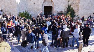 Mielenosoittajat kerääntyivät Damaskos-portille huutamaan iskulauseita.