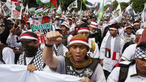 Tuhannet indonesialaiset osoittivat mieltään pääkaupunki Jakartassa.