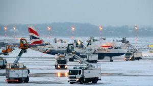 Lentokonetta huolletaan jäätymisen varalta Düsseldorfin kentällä.