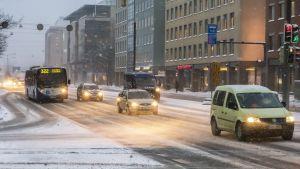 Liikennettä Mannerheimintiellä lumisateella.