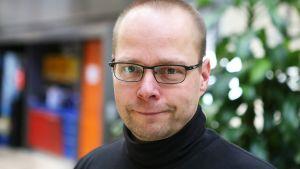 Ikkkuna-kolumnisti kirjailija Roope Lipasti.