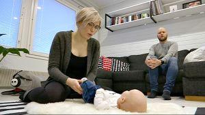 Verna Sydänmaanlakka, vauva olohuoneen lattialla, äiti, isä